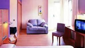 Minibar, caja fuerte, escritorio y cunas o camas infantiles (de pago)