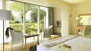 Hypo-allergenic bedding, in-room safe, desk, free WiFi