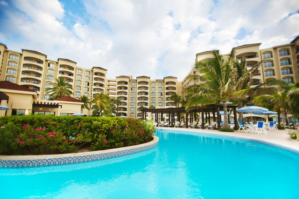 Outdoor Pool, The Royal Caribbean - An All Suites Resort