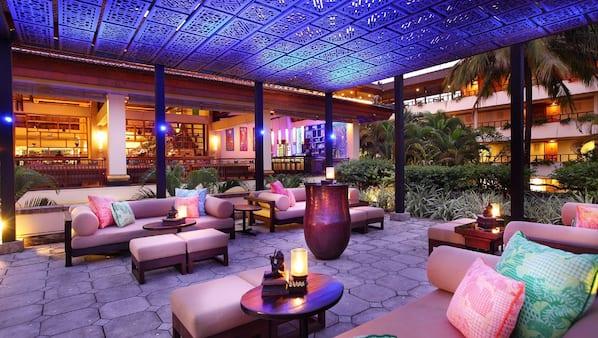 3 bar/lounge, bar kolam renang, bar tepi kolam renang, dan bar pantai
