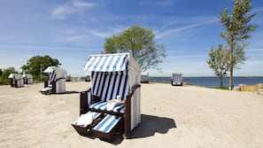 Cabines gratuites, serviettes de plage, planche à voile, beach-volley