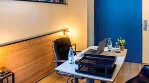 Minibar, bureau, rideaux occultants, lits bébé (gratuits)