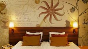 Escritorio y cunas o camas infantiles gratuitas