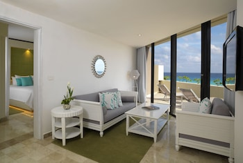 Royal Service one bedroom suite ocean view - Living Area