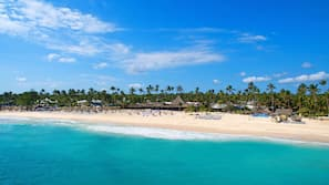 Plage privée, parasols, massages sur la plage, planche à voile