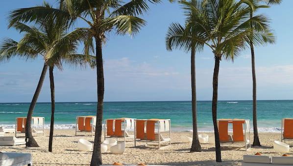 Privatstrand, Sonnenschirme, Massagen am Strand, Windsurfen