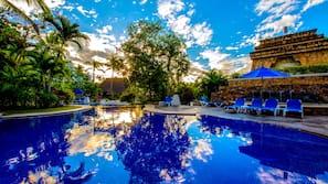 6 piscinas al aire libre, sombrillas