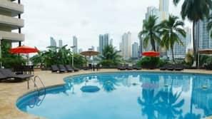 Piscine extérieure, parasols de plage, chaises longues