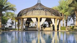 4 piscine all'aperto, ombrelloni da piscina