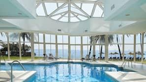 Una piscina cubierta, 2 piscinas al aire libre, sombrillas, tumbonas