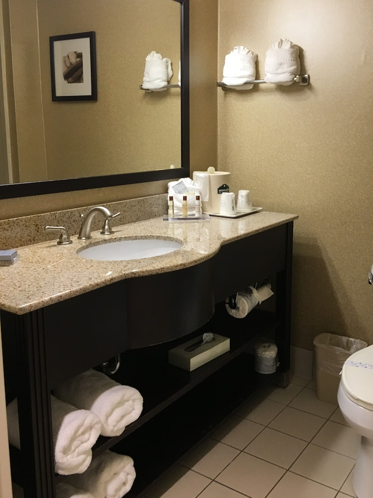 Bathroom, Wingate by Wyndham - Wilmington