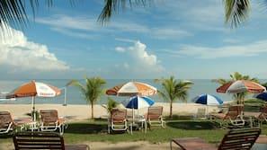 Di pantai, pasir hitam, dan bar pantai