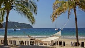Plage, chaises longues, serviettes de plage