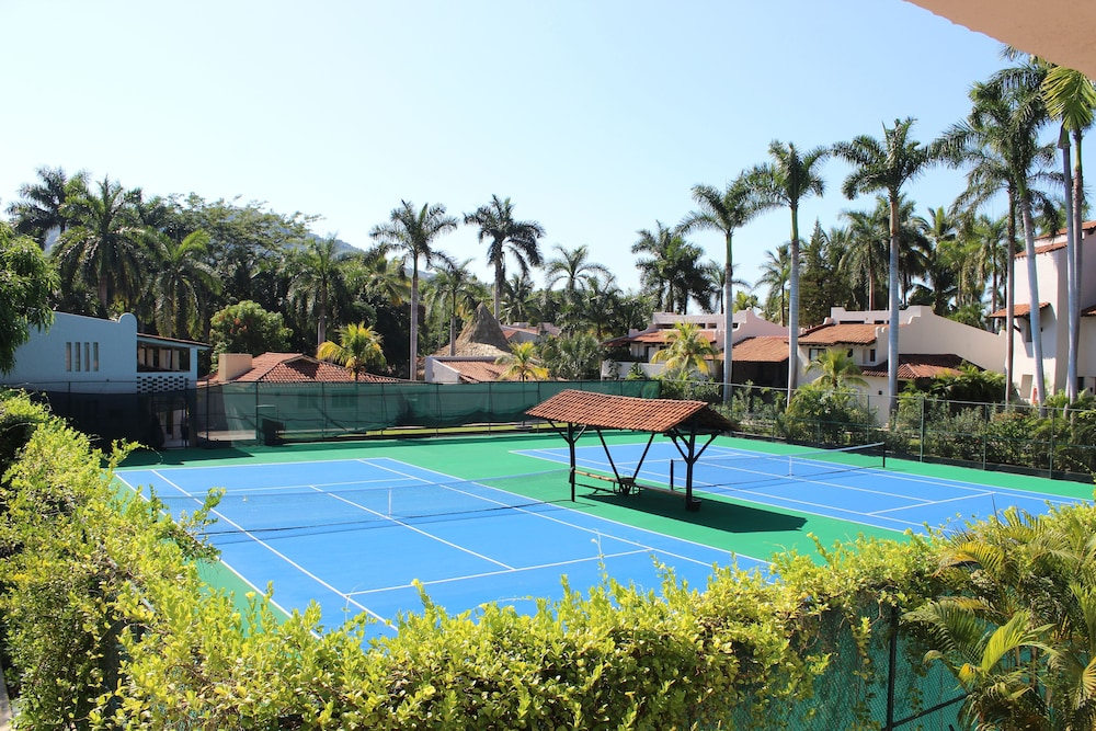 Tennis Court, Thompson Zihuatanejo, a Beach Resort