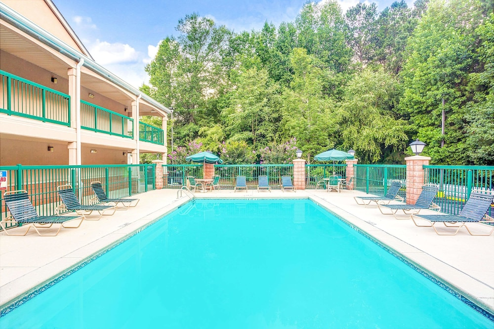 Pool, Days Inn & Suites by Wyndham Peachtree City