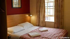Tabla de planchar con plancha, wifi, ropa de cama