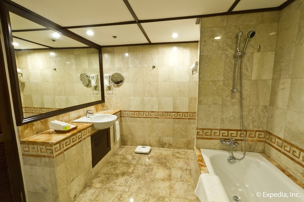 Bathroom, Waterfront Airport Hotel & Casino