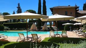 Una piscina al aire libre de temporada (de 9:00 a 19:00), sombrillas
