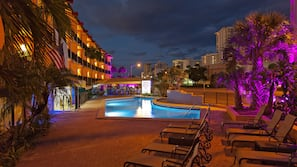 4 outdoor pools, free cabanas, sun loungers