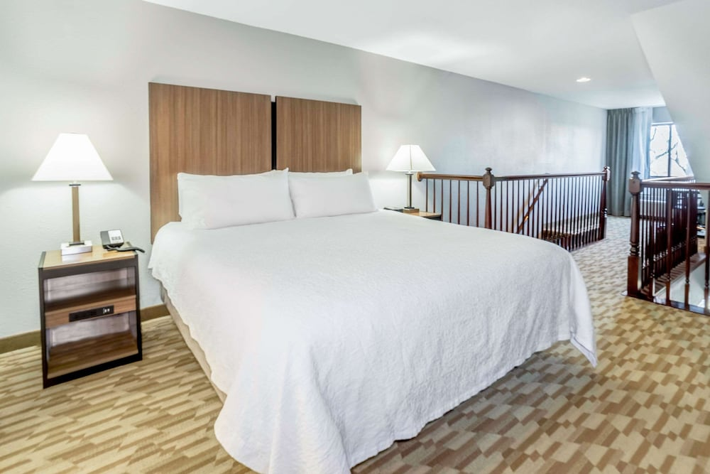 Room, Riverview Inn & Suites, Ascend Hotel Collection