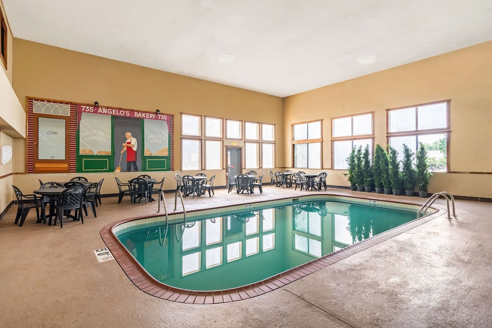 Pool, Riverview Inn & Suites, Ascend Hotel Collection