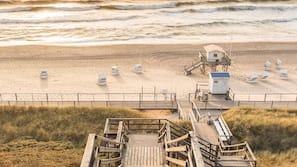 Tæt på stranden, hvidt sand, badehåndklæder, fiskeri