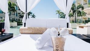 Piscine extérieure, tentes de plage, chaises longues