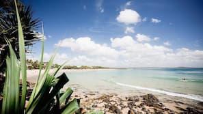 Vlak bij het strand, wit zand, strandlakens