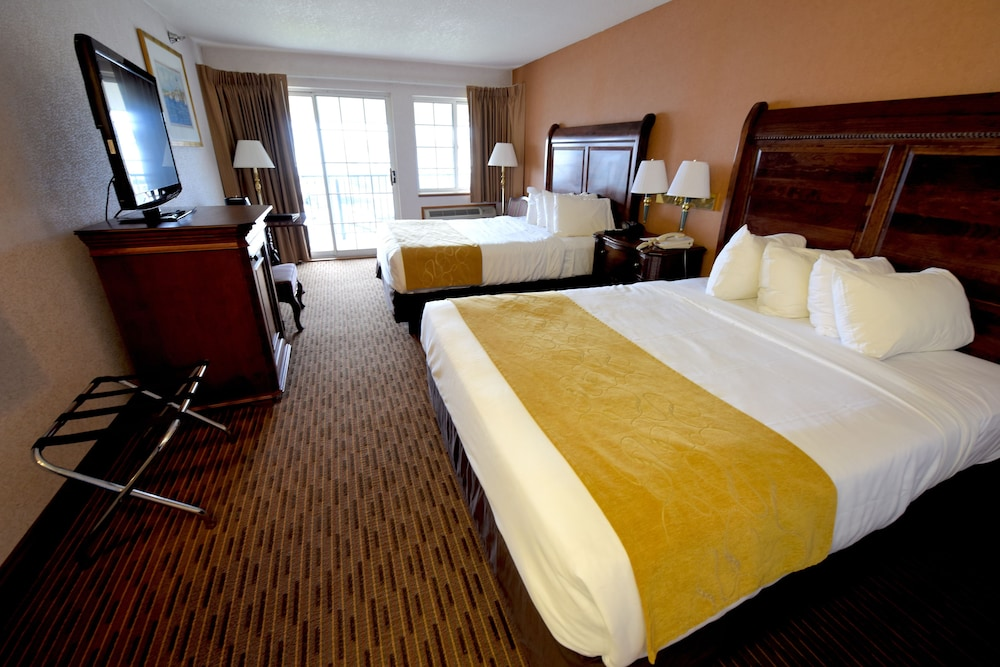 Crown Choice Inn Amp Suites Lakeview Amp Waterpark Mackinaw