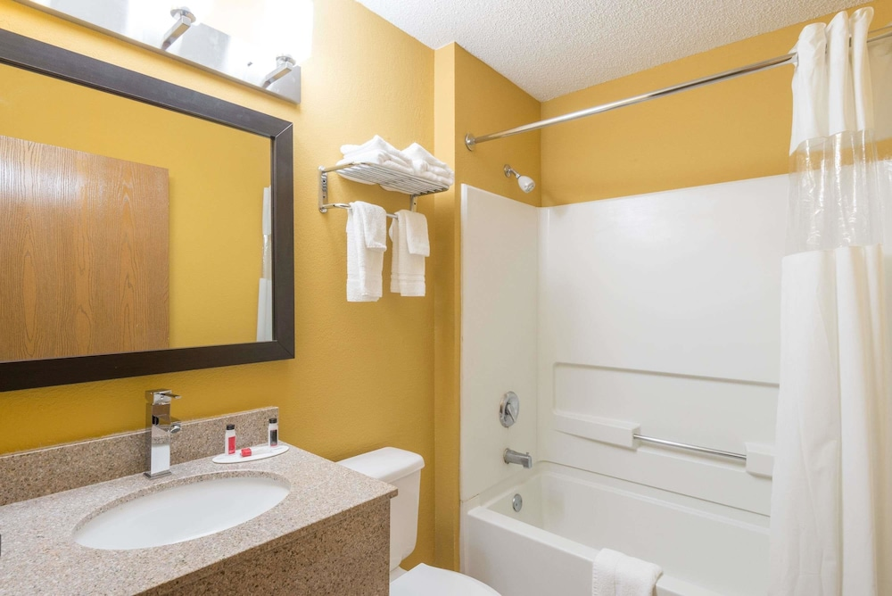 Bathroom, Microtel Inn & Suites by Wyndham Dayton/Riverside OH