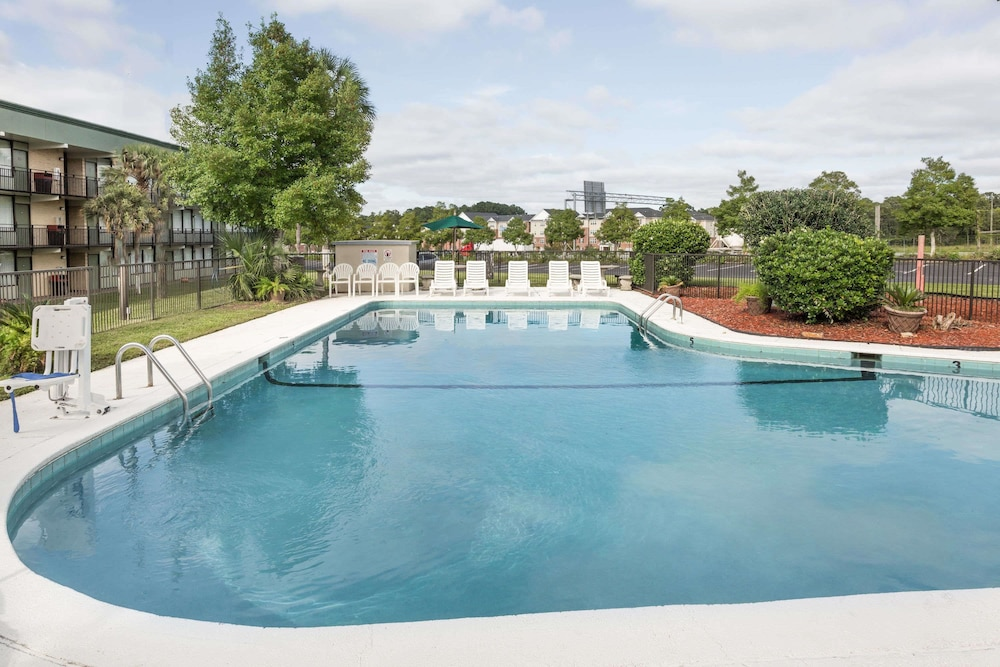 Pool, Super 8 by Wyndham Valdosta Mall
