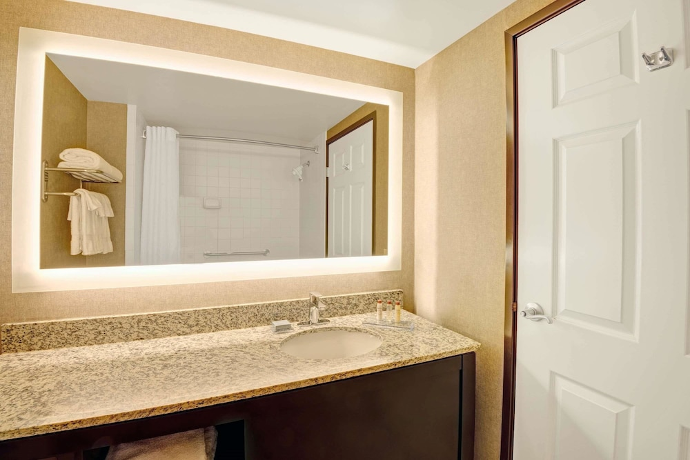 Bathroom, Wingate by Wyndham - Cincinnati - Blue Ash