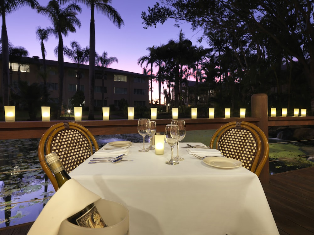Outdoor Dining, Oaks Sunshine Coast Oasis Resort