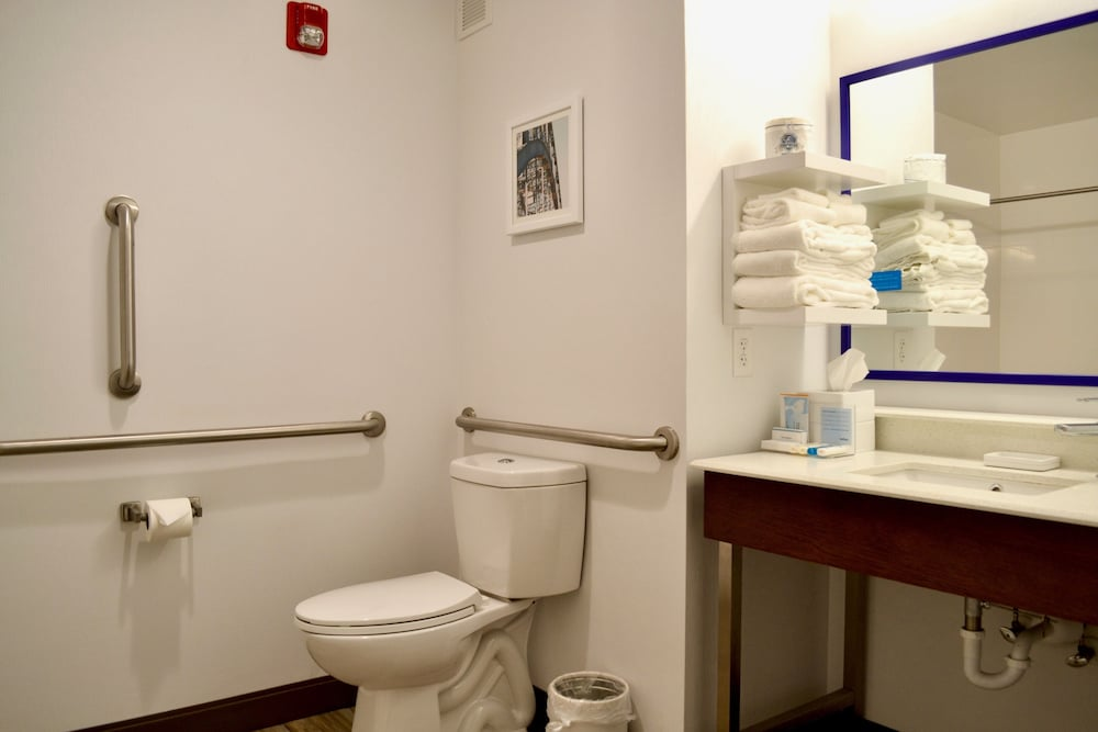 Accessible bathroom, Hampton Inn Dayton/Huber Heights