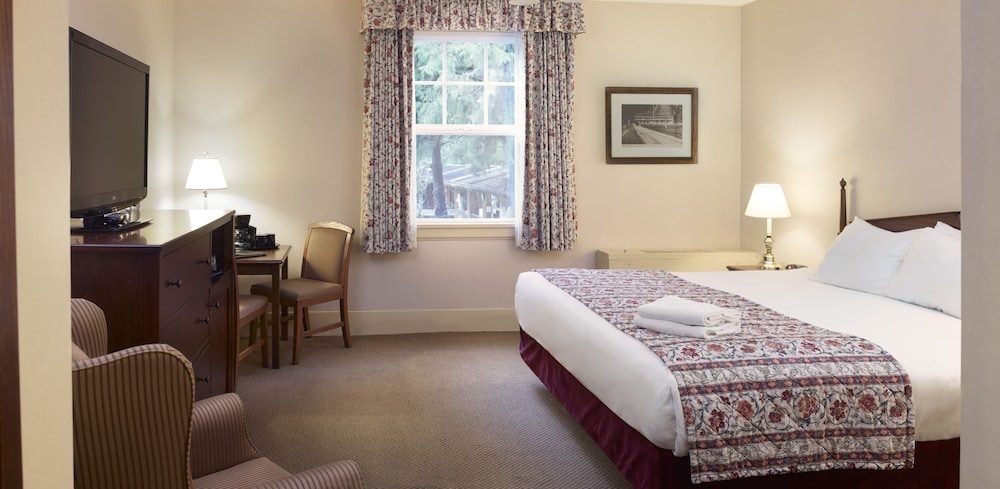 Lake Featured Image Guestroom