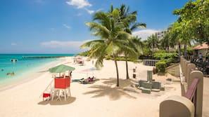 Nära stranden, vit sandstrand och strandhanddukar