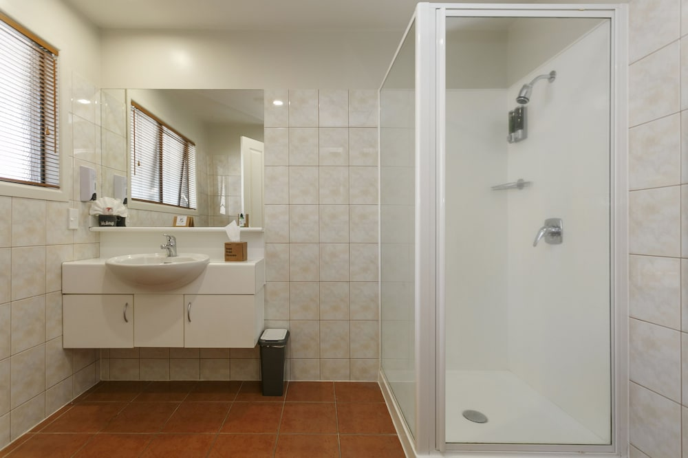 Bathroom, Baycrest Lodge
