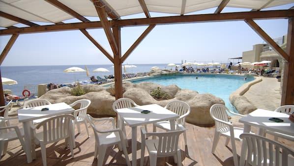 3 restaurantes; se sirven desayunos, almuerzos y cocina mediterránea