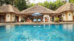 室外泳池;泳池傘、躺椅