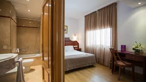 Minibar, caja fuerte, escritorio y camas supletorias