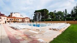 Una piscina al aire libre de temporada (de 11:00 a 21:00), sombrillas