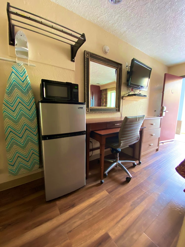 Room, Economy Lodge Galveston Bay Refinery