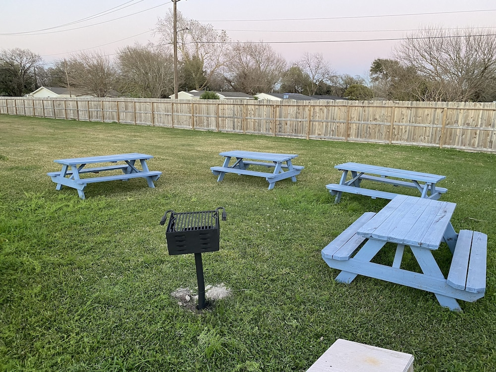 BBQ/Picnic Area, Economy Lodge Galveston Bay Refinery