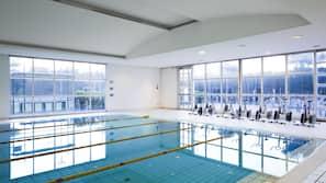 室内游泳池,07:00 至 21:30 开放,池畔遮阳伞,日光浴躺椅