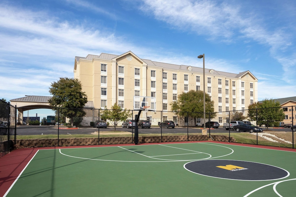 Sport Court, Hampton Inn & Suites Austin-Airport