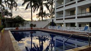 2 piscinas al aire libre, tumbonas