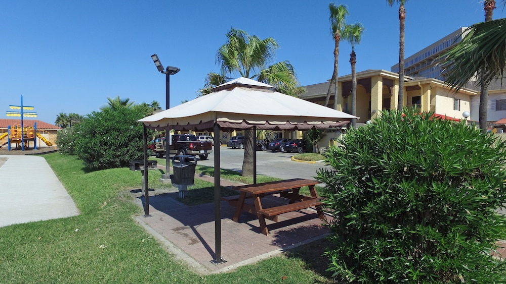 BBQ/Picnic Area, Ramada by Wyndham & Suites South Padre Island