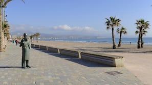 Plage à proximité, sable blanc, serviettes de plage