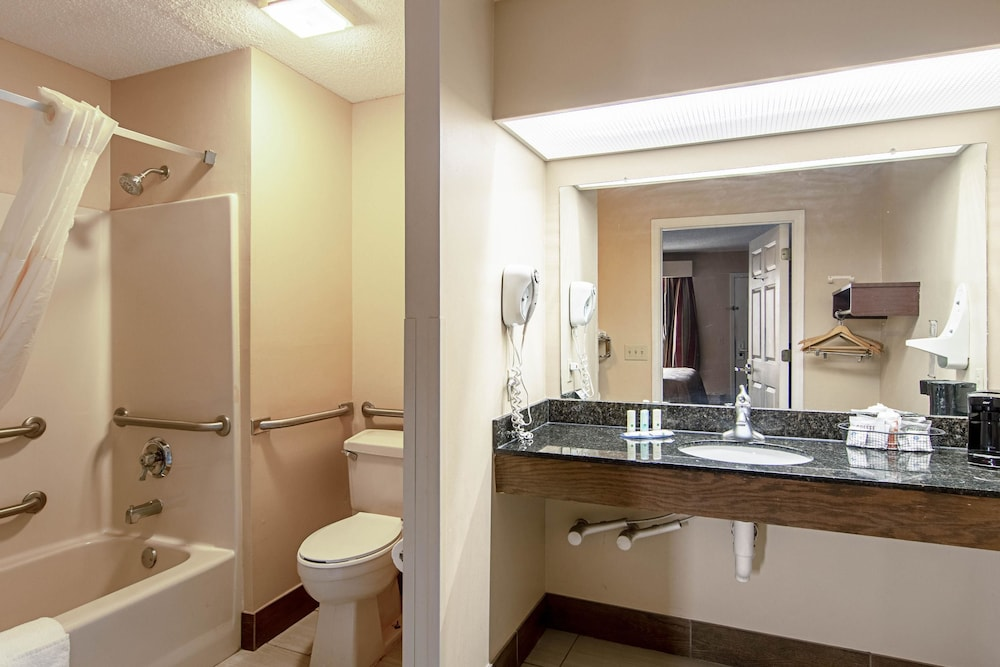 Bathroom, Quality Inn Thomaston