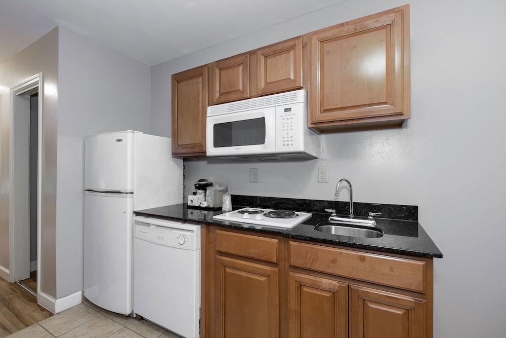 Private Kitchenette, Red Roof Inn & Suites Wilson